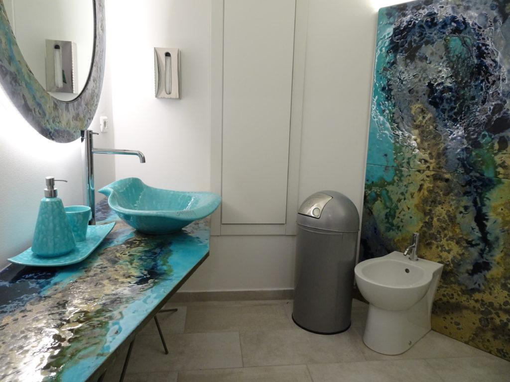 Badezimmer modern mit Farben